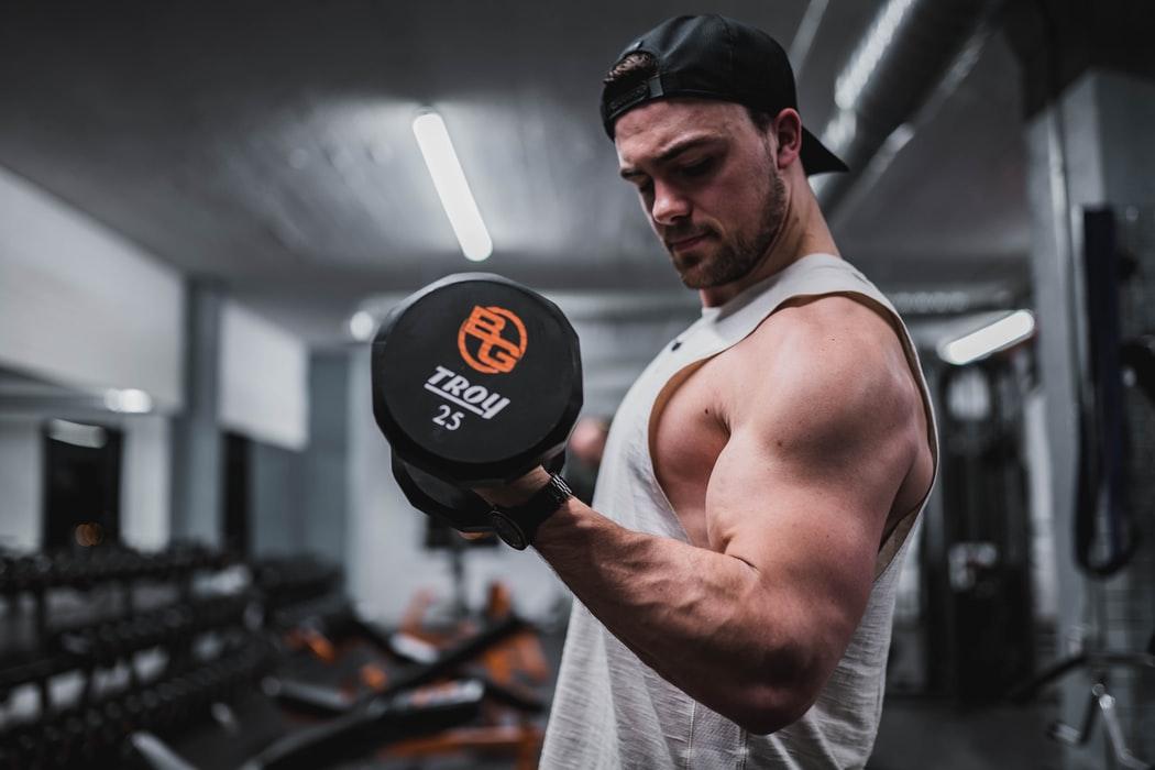 腕と肩の筋肉が大きい男