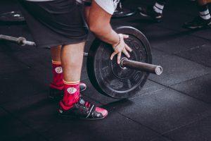 重いプレートを使用してトレーニングをしている人
