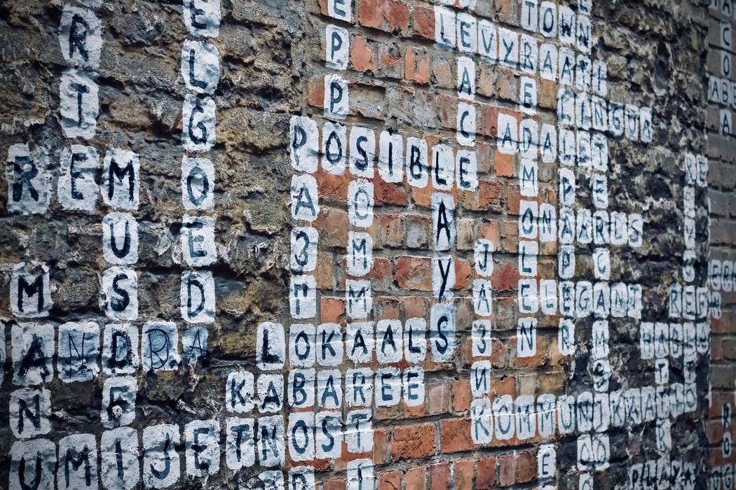 壁に言葉が貼ってある画像